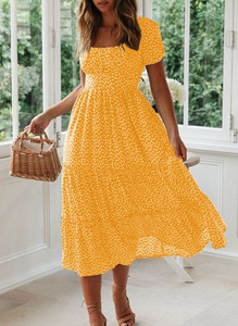 Żółta sukienka Sandbella midi z krótkim rękawem