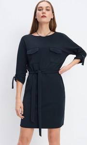 Granatowa sukienka Mohito prosta z długim rękawem