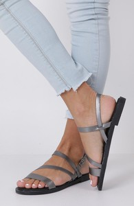 Sandały Casu z płaską podeszwą z klamrami