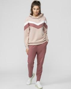 Różowe spodnie sportowe 4F w sportowym stylu