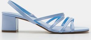 Niebieskie sandały Sinsay na średnim obcasie ze skóry