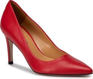 Czerwone szpilki Solo Femme ze spiczastym noskiem na szpilce
