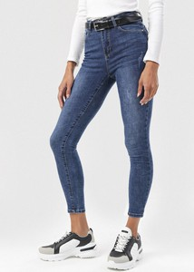 Granatowe jeansy born2be w street stylu