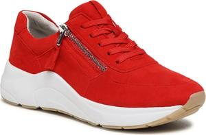 Czerwone buty sportowe Caprice sznurowane z zamszu z płaską podeszwą
