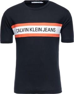 Granatowy t-shirt Calvin Klein w młodzieżowym stylu