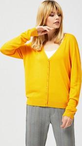Żółty sweter Moodo w stylu casual