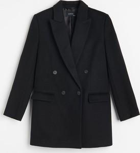 Czarny płaszcz Reserved z wełny