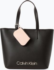 Czarna torebka Calvin Klein matowa z breloczkiem duża