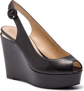 Granatowe sandały Guess w stylu casual na wysokim obcasie
