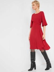 Czerwona sukienka ORSAY midi z okrągłym dekoltem