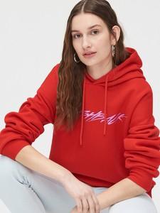 Czerwona bluza Cropp w młodzieżowym stylu krótka z dresówki