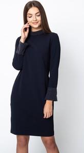 Granatowa sukienka QUIOSQUE z długim rękawem prosta mini