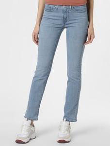 Niebieskie jeansy Levis w street stylu