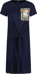 Niebieska sukienka Desigual z nadrukiem z okrągłym dekoltem midi