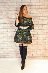 Sukienka Shoq w militarnym stylu z asymetrycznym dekoltem z bawełny