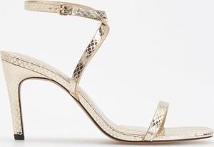Sandały Reserved na wysokim obcasie z klamrami