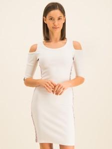 Sukienka Guess z okrągłym dekoltem mini z odkrytymi ramionami