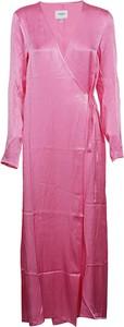 Różowa sukienka Jovonna London maxi z długim rękawem
