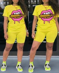 Żółty Kendallme w młodzieżowym stylu