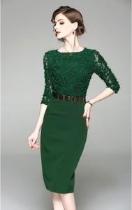Sukienka Kobiecy Szyk dopasowana z długim rękawem