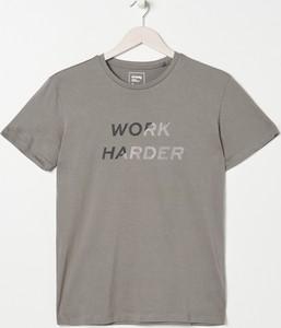 T-shirt Sinsay w młodzieżowym stylu z nadrukiem z krótkim rękawem