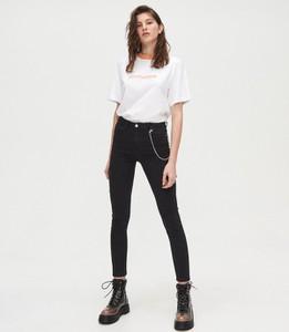 Czarne jeansy Cropp w street stylu
