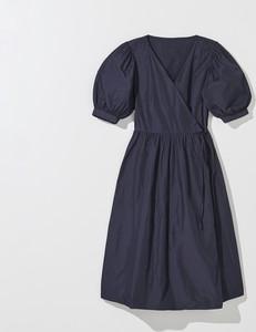 Granatowa sukienka Mohito rozkloszowana