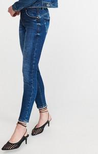 Jeansy Reserved w młodzieżowym stylu