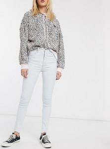 Jeansy Levis w street stylu z jeansu