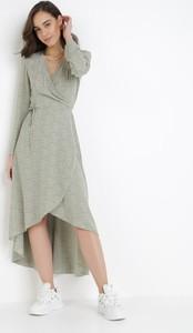 Miętowa sukienka born2be z dekoltem w kształcie litery v asymetryczna z długim rękawem