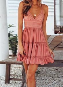 Różowa sukienka Arilook na ramiączkach z dekoltem w kształcie litery v