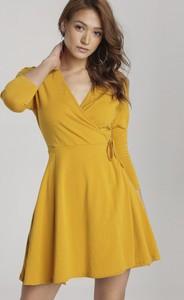 Żółta sukienka Renee z dekoltem w kształcie litery v mini rozkloszowana