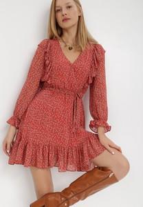 Czerwona sukienka born2be z dekoltem w kształcie litery v z tkaniny