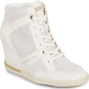 Sneakersy Tommy Hilfiger na koturnie z zamszu w młodzieżowym stylu