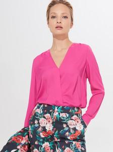 Różowa bluzka Mohito w stylu casual z dekoltem w kształcie litery v