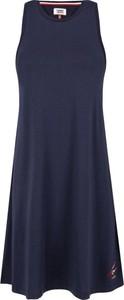 Sukienka Tommy Jeans z okrągłym dekoltem midi w stylu casual