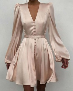 Różowa sukienka Kendallme z satyny kopertowa mini