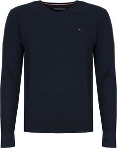 Niebieski sweter Tommy Hilfiger z okrągłym dekoltem