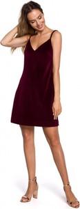Czerwona sukienka MOE z dekoltem w kształcie litery v na ramiączkach