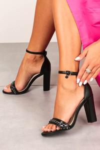 Czarne sandały Casu z klamrami ze skóry na wysokim obcasie