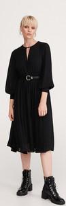 Czarna sukienka Reserved z długim rękawem midi rozkloszowana