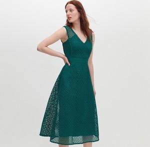 Sukienka Reserved z dekoltem w kształcie litery v rozkloszowana