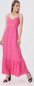 Różowa sukienka born2be rozkloszowana na ramiączkach