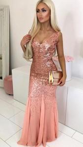 Różowa sukienka noshame z dekoltem w kształcie litery v dopasowana