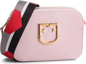 Różowa torebka Furla w młodzieżowym stylu