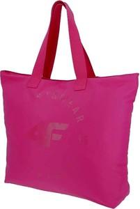 Różowa torebka 4F w wakacyjnym stylu na ramię matowa