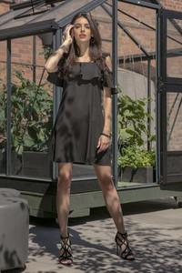 Czarna sukienka Fobya mini z dekoltem w karo