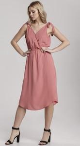 Różowa sukienka Renee na ramiączkach z dekoltem w kształcie litery v