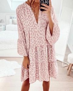 Różowa sukienka Kendallme z dekoltem w kształcie litery v oversize z długim rękawem