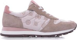 Różowe buty sportowe Guess sznurowane z płaską podeszwą z nadrukiem